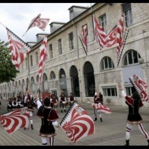 """Des Italiens du Piemont s adonnant, eux aussi, au lancer des drapeaux (c) """"L Est Republicain"""""""