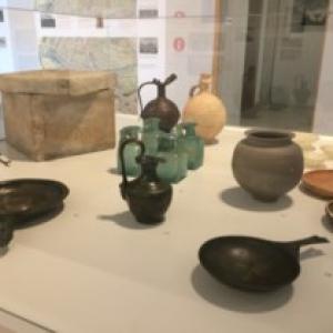 """Selection d objets funeraires trouves par des archeologues (c) """"EdA"""""""