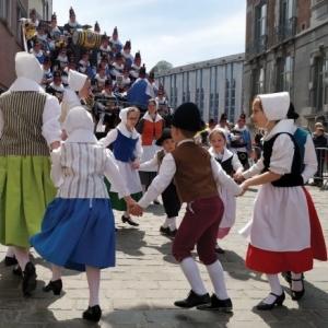 """Le Folklore mis à l Honneur, avec les petits """"Masuis et Cotelis jambois"""" et les """"40 Molons"""""""