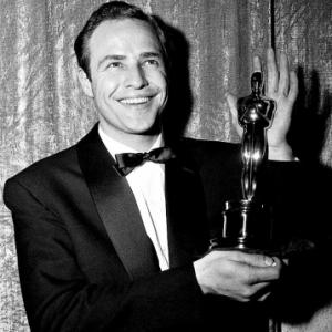 """Marlon Brando et son """"Oscar du meilleur Acteur"""", en 1955, pour """"Sur les Quais"""""""