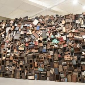 Un etonant mur constitue de centaines de boites, qui etaient utilisees par des cireurs de chaussures