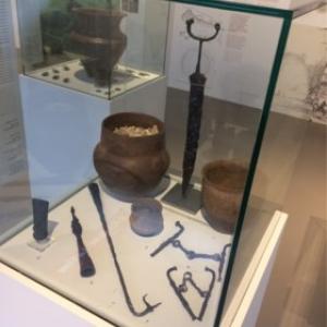 """L une des vitrines mettant en valeur des ojets trouves lors de fouilles de tumuli (c) """"EdA"""""""