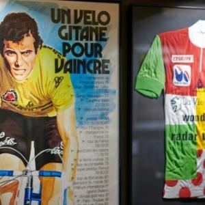 "Bernard Hinault et son maillot du ""Combine"""