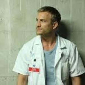 Jeremy Renier, dans le role du medecin pneumologue