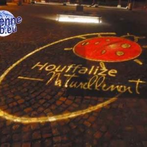 Le logo du SI de Houffalize. Place Janvier 45. Devant le SI. Coccinelle.