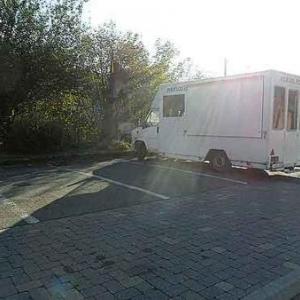 2011. Une des rares heures favorables pour avoir un angle de vue. Deux emplacements de parking libres. Mais quelle photo!