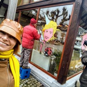 Caricature sur vitrine RTB . Emission TV les Ambassadeurs à Houffalize