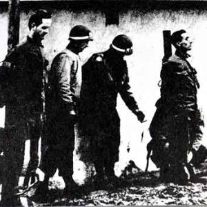 Des MP americains viennent attacher deux hommes du commando allemand Skorzeny. Ils vont les fusiller
