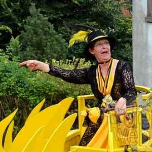 Viviane 1ere Reine du Carnaval du soleil 2012. Photo suivante: la cour