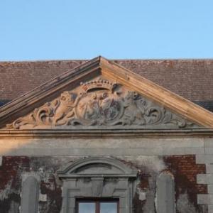 Le tympan triangulaire ornant le centre de l'edifice