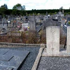 La tombe de la Maison de repos est a proximite de l enclos des militaires du Commonwealth, regulierement fleuri par les autorites.