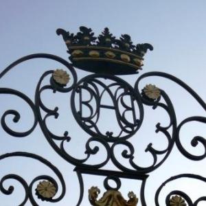 Le portail Sud surmonte de la couronne comtale