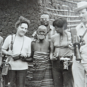 En 1957 Marcel Thonnon filme la dernière femme qui porte le plateau en Afrique