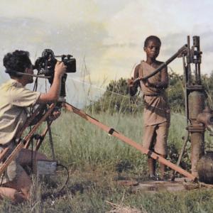 Marcel Thonnon filme une jolie Rwandaise. Rwanda 1958 Marcel Thonnon cinéaste pour InforCongo