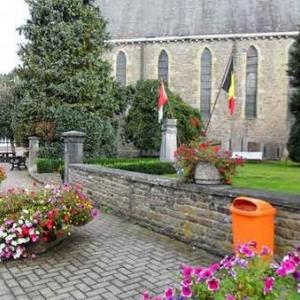 A l'avant-plan du monument aux victimes de l'Offensive vonRundstedt.