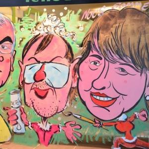 Caricature de Yves Vanlaethem au centre de la vitrine peinte pour NOEL par Jean-Marie Lesage