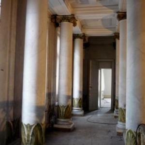Colonnes dans le hall d'entree