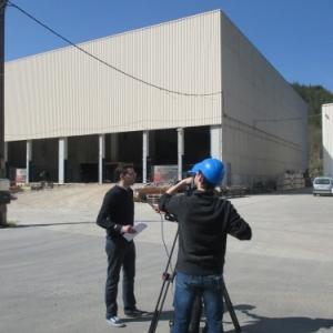 M. Gilson a l'interview devant le complexe