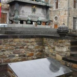 Plaque nominative au pied du cenotaphe