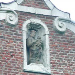 La Vierge surmontant la facade