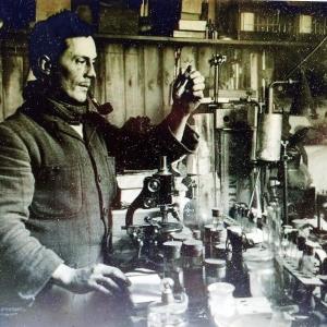 Herbert G. Ponting   Edward Atkinson dans son laboratoire   Antarctique   1911