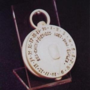 """""""Cadran en ivoire"""" : servait à comptabiliser lres verres d'eau ingurgites"""