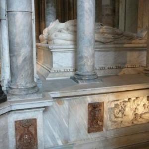 Tombeau de Henri II et Catherine de Medicis ou sont utilises des materiaux de differentes couleurs.