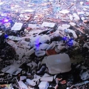 Pollution plastique en fond de riviere