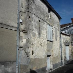 Maison du Prieur : ancienne maison du prieur Facade du 13eme. Premiere mairie de Jarnac