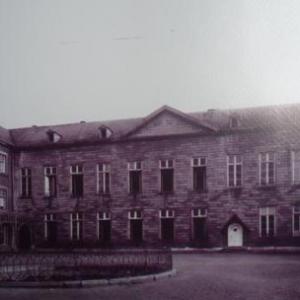 """Ancienne aile en retour du Waux - Hall avec inscription """" Orphelinat des garçons"""""""