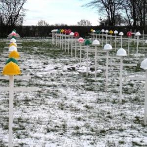 14.12.2008  Les croix surmontees de casque de chantier