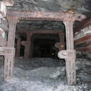 Des etais metalliques pour soutenir la roche