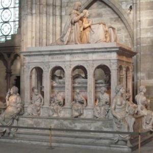 Louis XII et Anne de Bretagne sont representes morts, nus et decharnes a l'interieur du tombeau en marbre de Carrare, et vivants et en priere sur la partie superieure