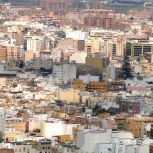 AW 020001 Vue generale d Almeria (200.000 habitants ) Ville cotiere et portuaire qui est la ville europenne beneficiant du plus grand nombre d hs de soleil ( 2965 hs /an ) et la 2eme sur le plan mondial. La temperature moyenne annuelle est de 18,7 degrés