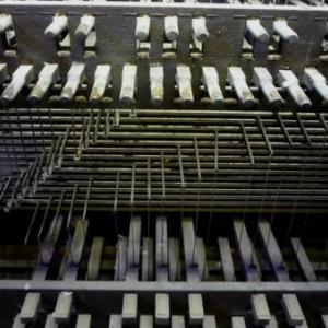 Le clavier du carillon manuel, ses pedales et ses manettes