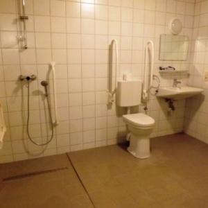 La salle de bain au rez-de-chaussee