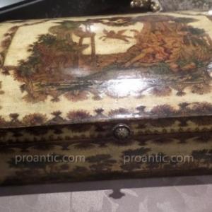 Boite a Perruque En Arte Povera. Decor interieur en bergamote sur le dessus. Louis XV, Grasse. L'Art du Renouveau, proantic