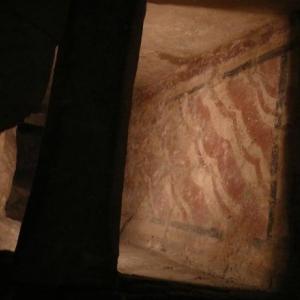 Traces de poychromie, imitant le marbre, dans les fouilles de la basilique carolingienne