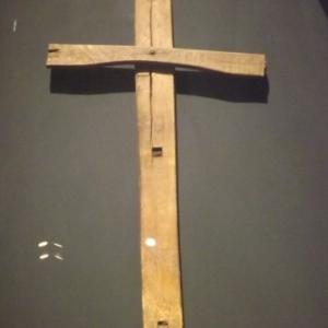 Une croix sommaire faite d'elements de chaise