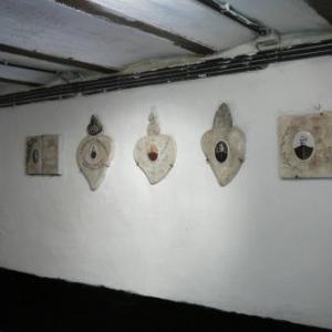 Des plaques murales a l entree de la crypte