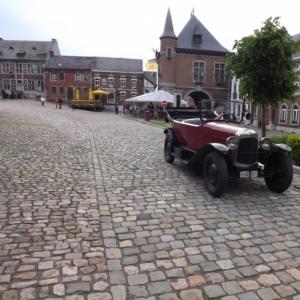 La voiture de M. Bourgeois, industriel, traversant la place de la Halle