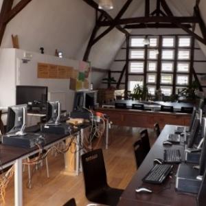 2eme etage : espace pour reunion, activites et informatique