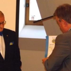 Remise du fanion de M. Jean Graux au President du Lions Club Hautes - Fagnes