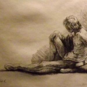 Homme nu assis sur le sol avec une jambe tendue