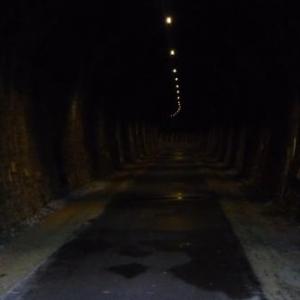 Dans le tunnel de la Haute Levee avec eclairage