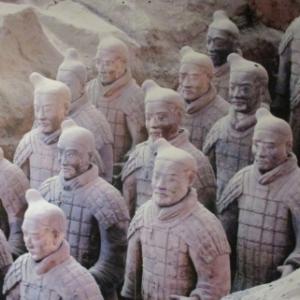 Dans la fosse des statues toutes différentes