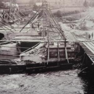 Le batiment de la centrale de Beverce s'erige directement sur la rive droite de la Warche