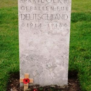 Une tombe d'un soldat allemand isolee parmi les 12000 autres