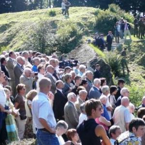 La foule silencieuse assiste a la ceremonie