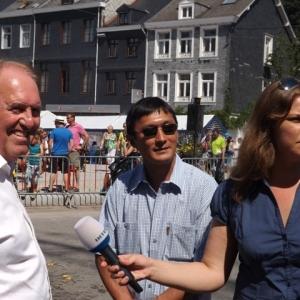 Le maire de Flevielle - devant - Nancy a l'interview aide par un interprete pratiquant le russe